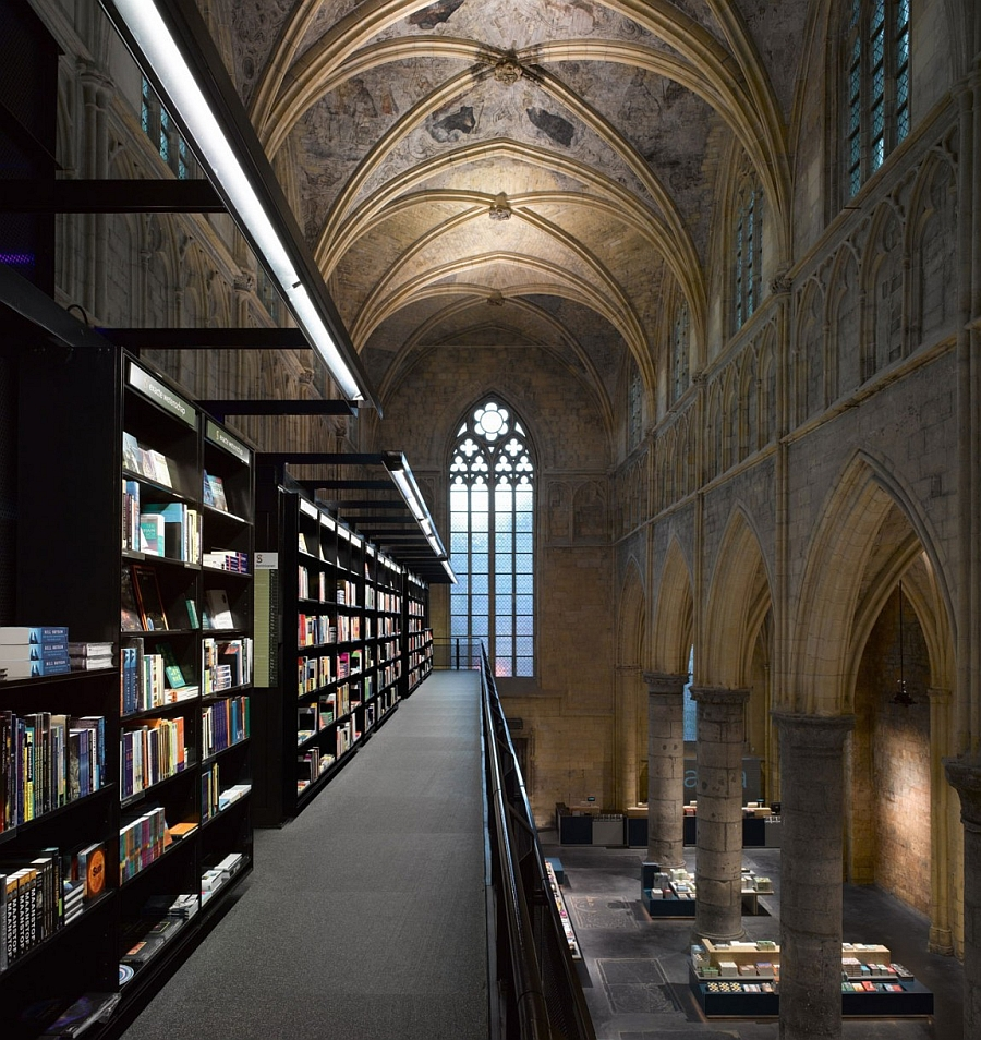 Exapnsive interior of the spectacular bookstore