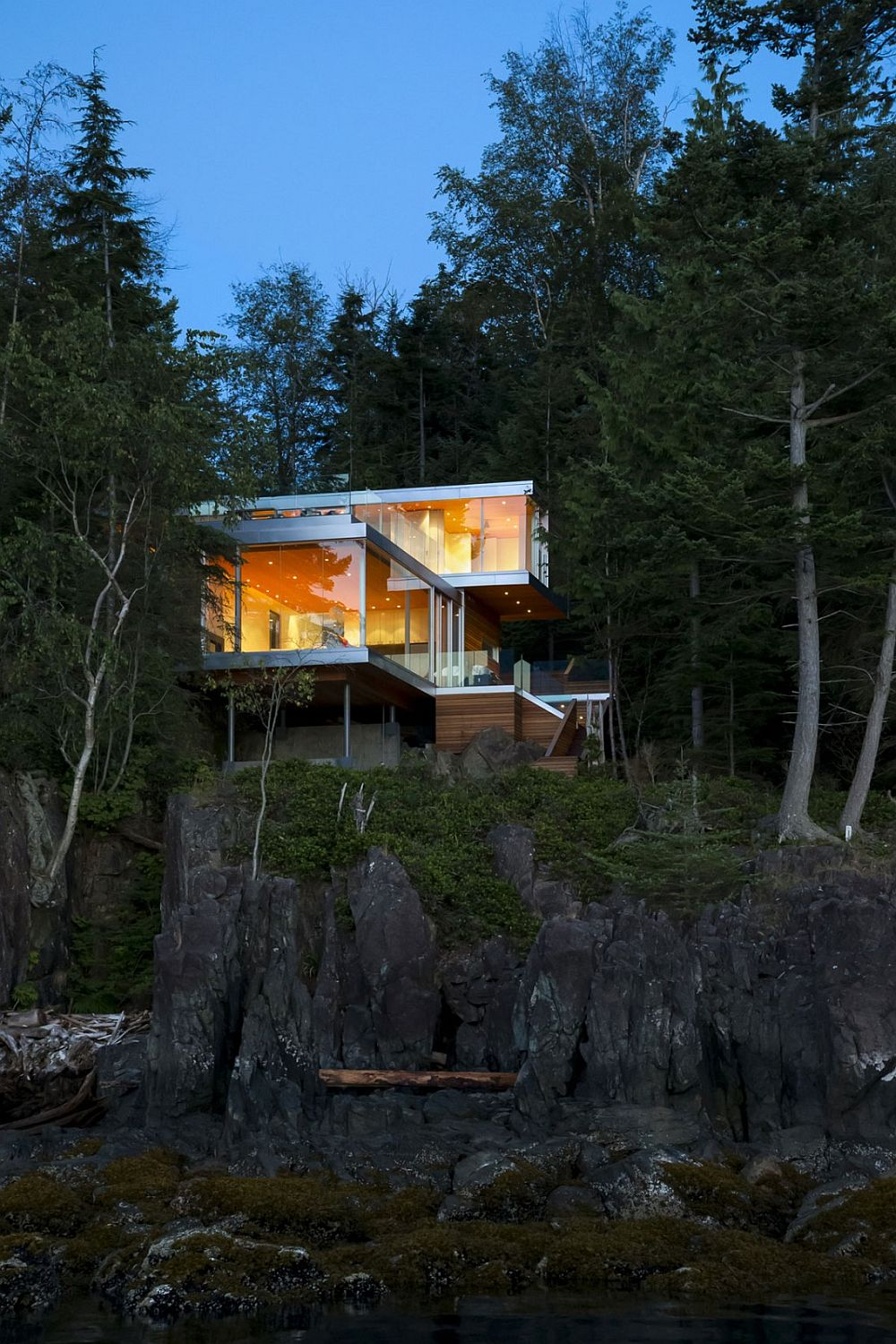 Exceptional Gambier Island House on a cliff