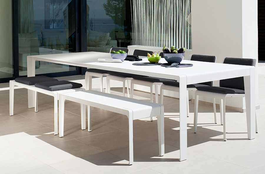 Gorgeous outdoor table and chairs with minimal style