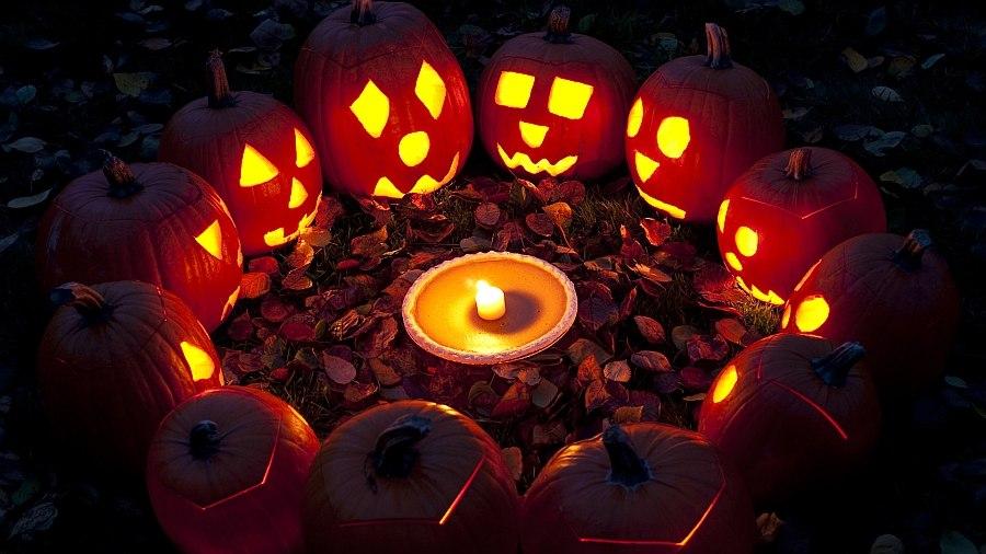 Jack-o-Lanterns get together for a Halloween meet!