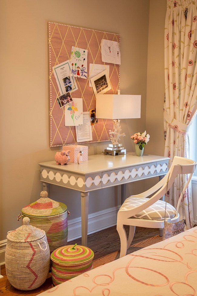 Lovely little desk in the girls 39 bedroom accentuates the feminine charm decoist - New york girls room ...