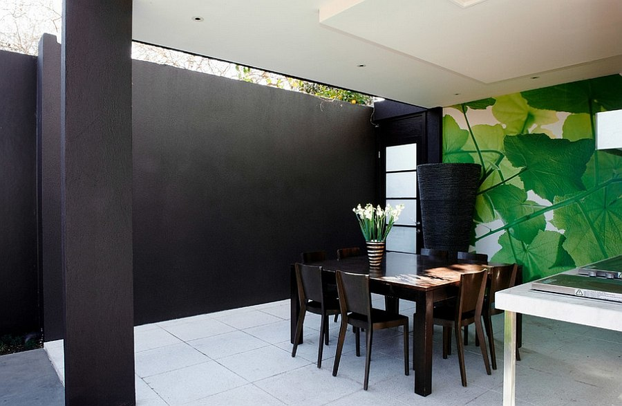 Modern patio in black with unique backdrop