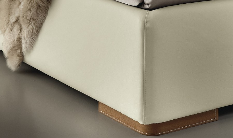 Plush Cognac Ecoleather with avorio stitching for the trendy bed