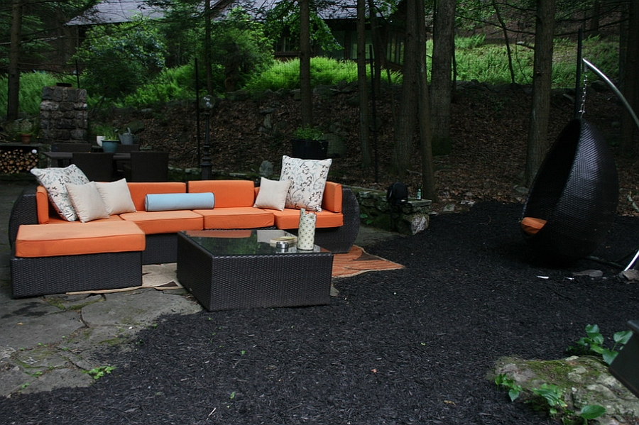 Relaxed outdoor living space in orange and black [By: Busybee Design]
