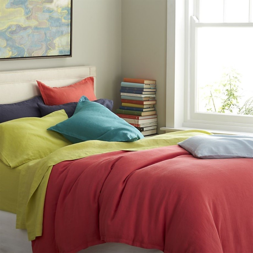 Sheets and pillowcases in rich tones