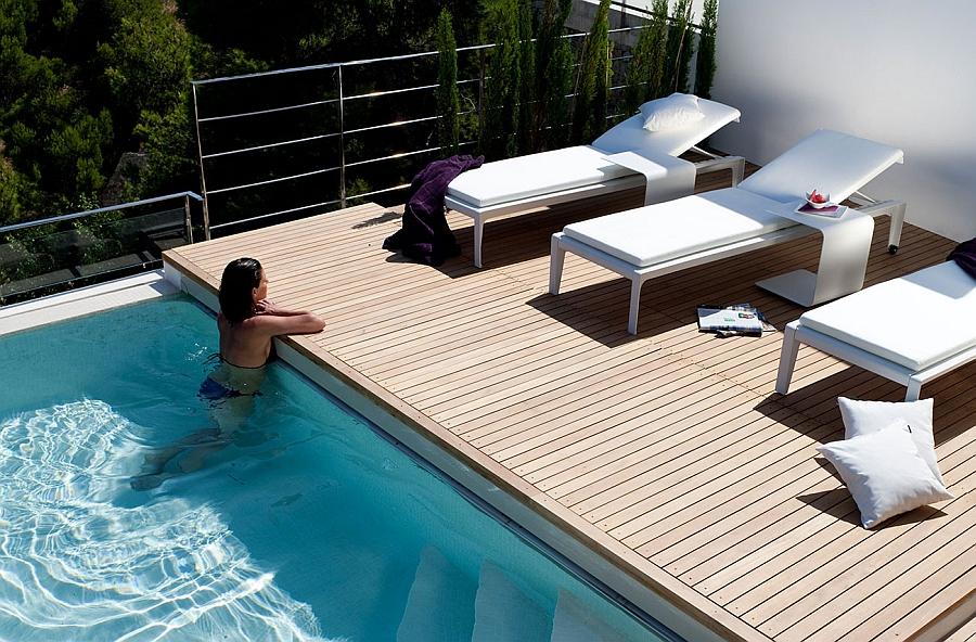 Sleek loungers can be used esaily even on a small deck next to the pool