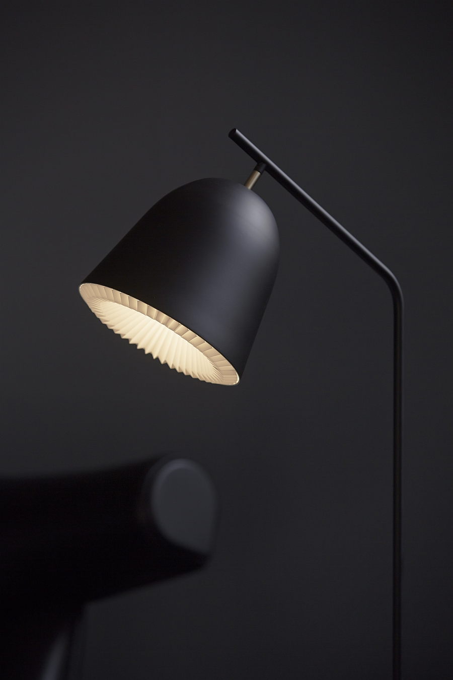 Slender and ergonomic design of the Cache floor lamp