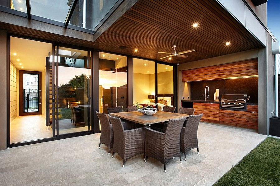 View in gallery Structure of the house offers shade to the outdoor kitchen  [Design: Bagnato Architects]