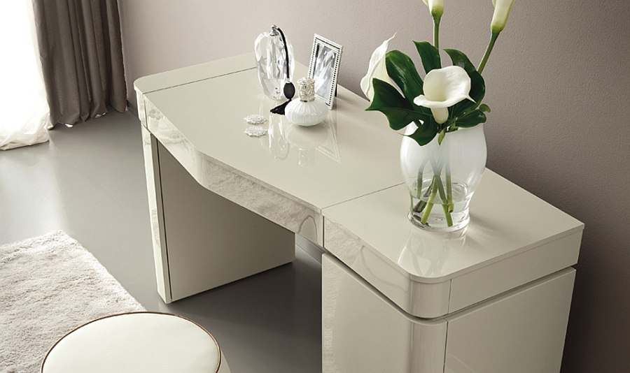 Trendy and sophisticated design of the bedroom console from Grace collection