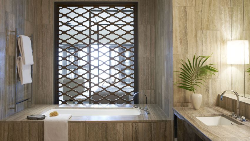 Caribbean accents in a modern bathroom