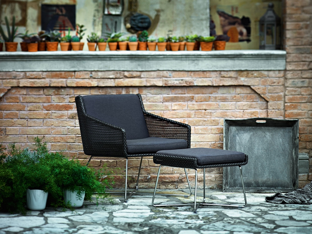 Gorgeous Avalon outdoor lounger in cool black