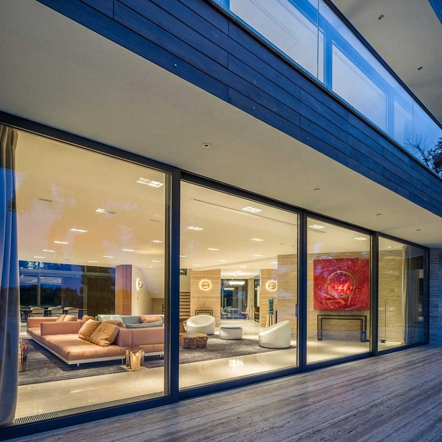 Living room extends outside thanks to the sliding glass walls