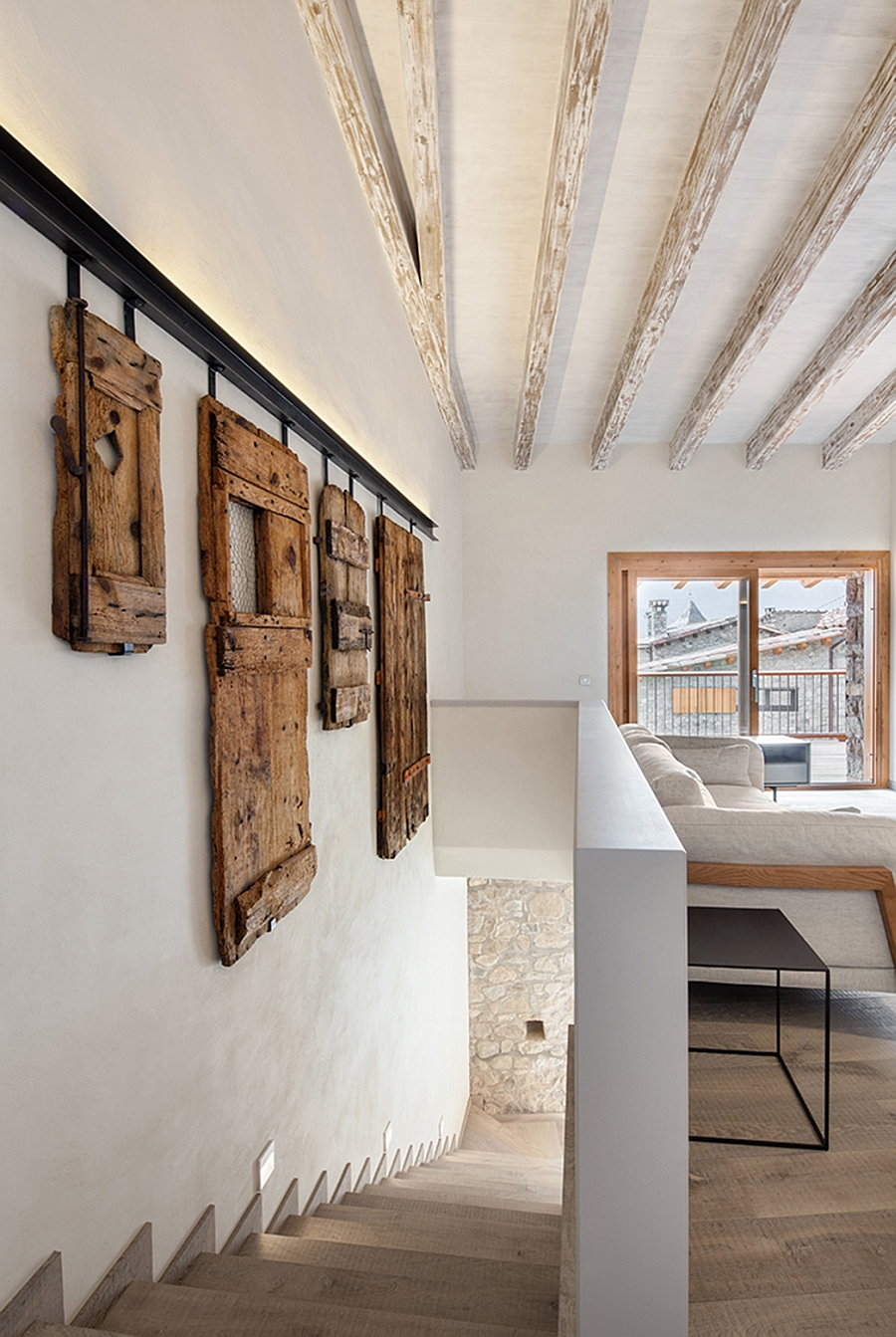 View In Gallery Old Wooden Frames Used As Diy Wall Art