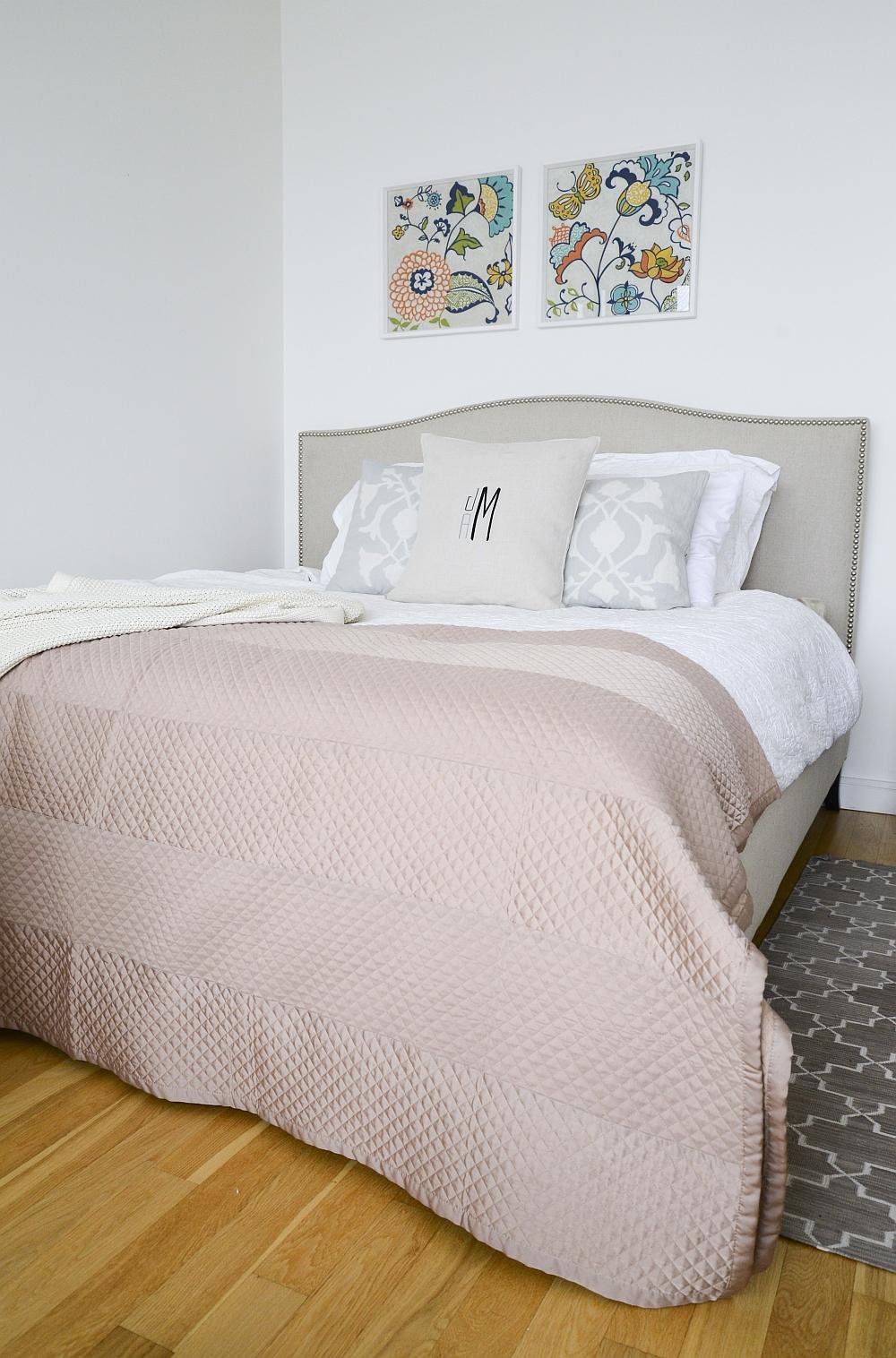 Relaxing bedroom design in white