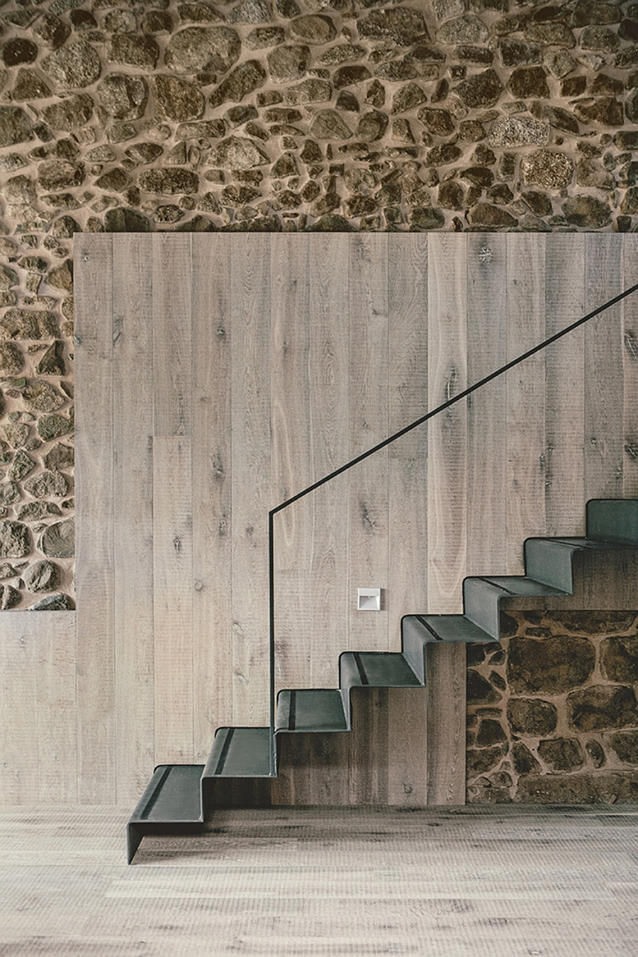 Smart use of contrasting textures to shape the stylish staicase