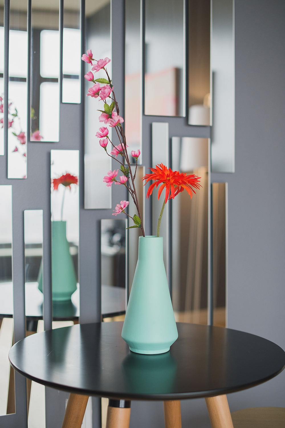 Smart use of mirrors to decorate the walls