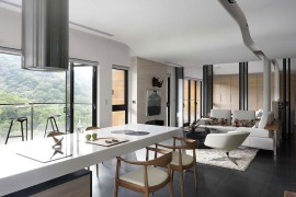 Wishbone chairs at the contemporary kitchen sialnd and breakfast bar