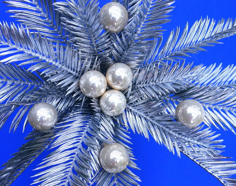Add ornaments to the the leaves of the centerpice