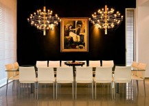 Black and gold backdrop for the dining space 217x155 Hot Trends: Decorate Your Home With the Colors of the Season