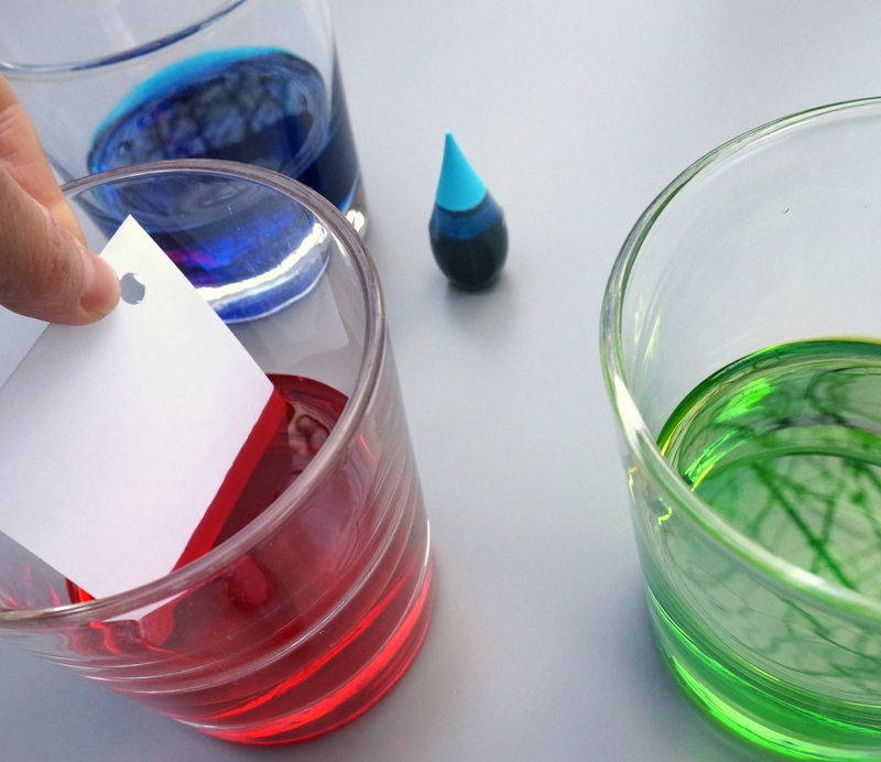 Dip the tag into the food coloring