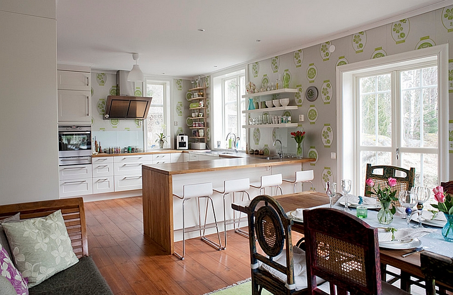 Elegant wallpaper unites the kitchen with the dining and living space visually [From: Fotograf Lisbet Spörndly]