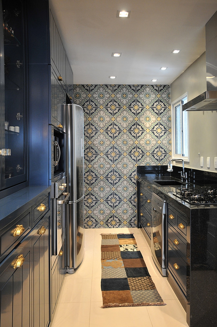 Fabulous wallpaper adds to the touch of black in the kitchen [Design: Elegueller Arquitetos]