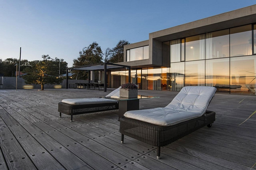 Large deck space overlooking the beach and the sea