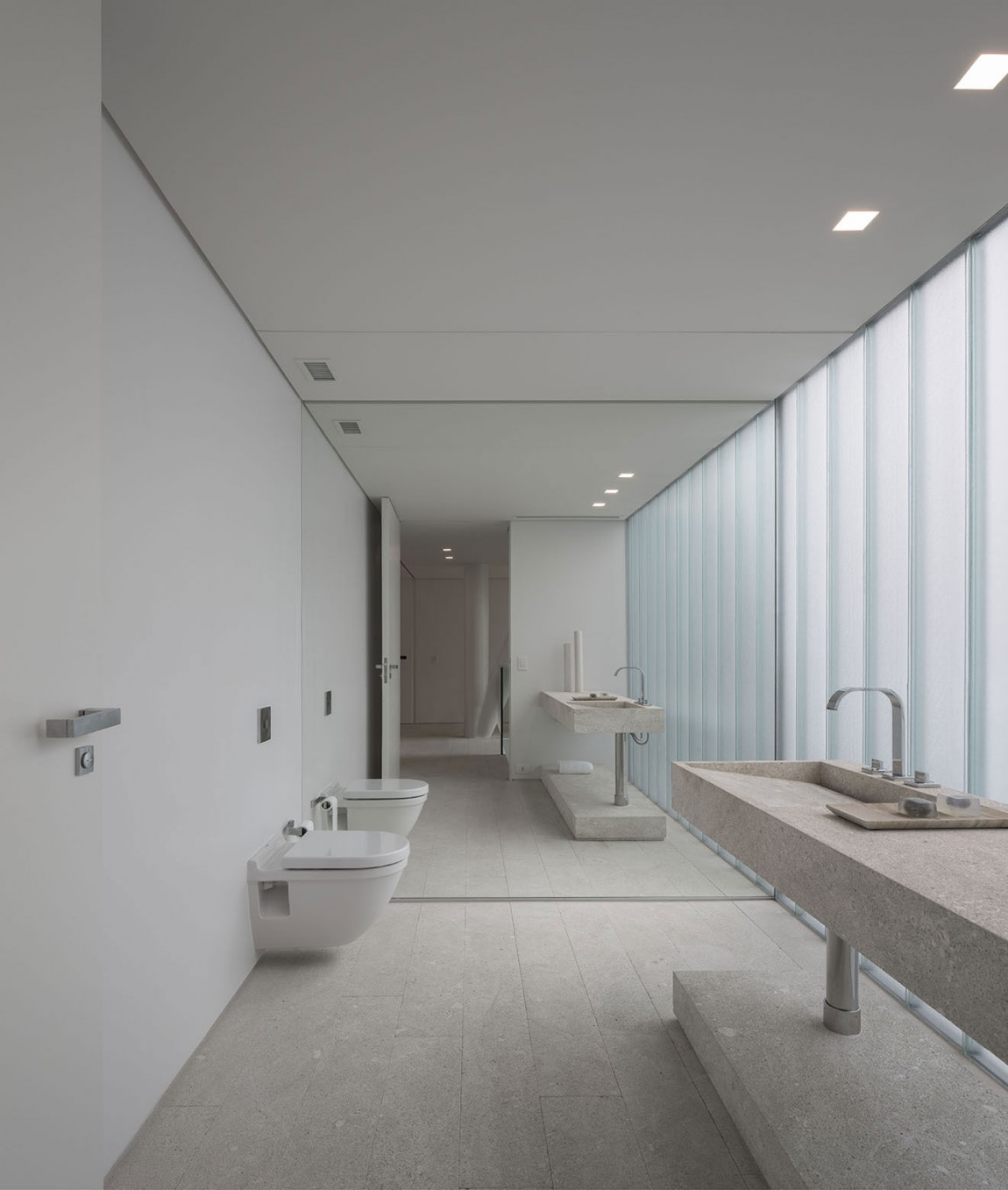 Luxurious contemporary bathroom in white