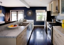 Navy blue walls transform the ambiance of the kitchen