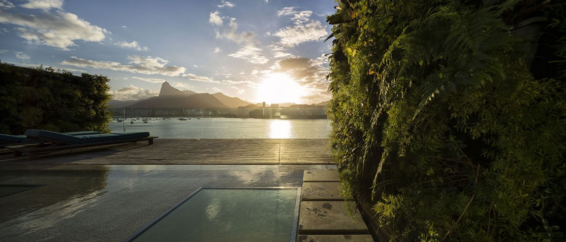 Pool and private deck of the contemporary Rio Residence