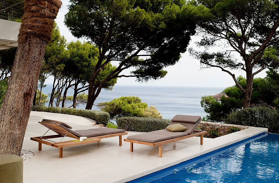 Relax next to the pool in a comfy lounger