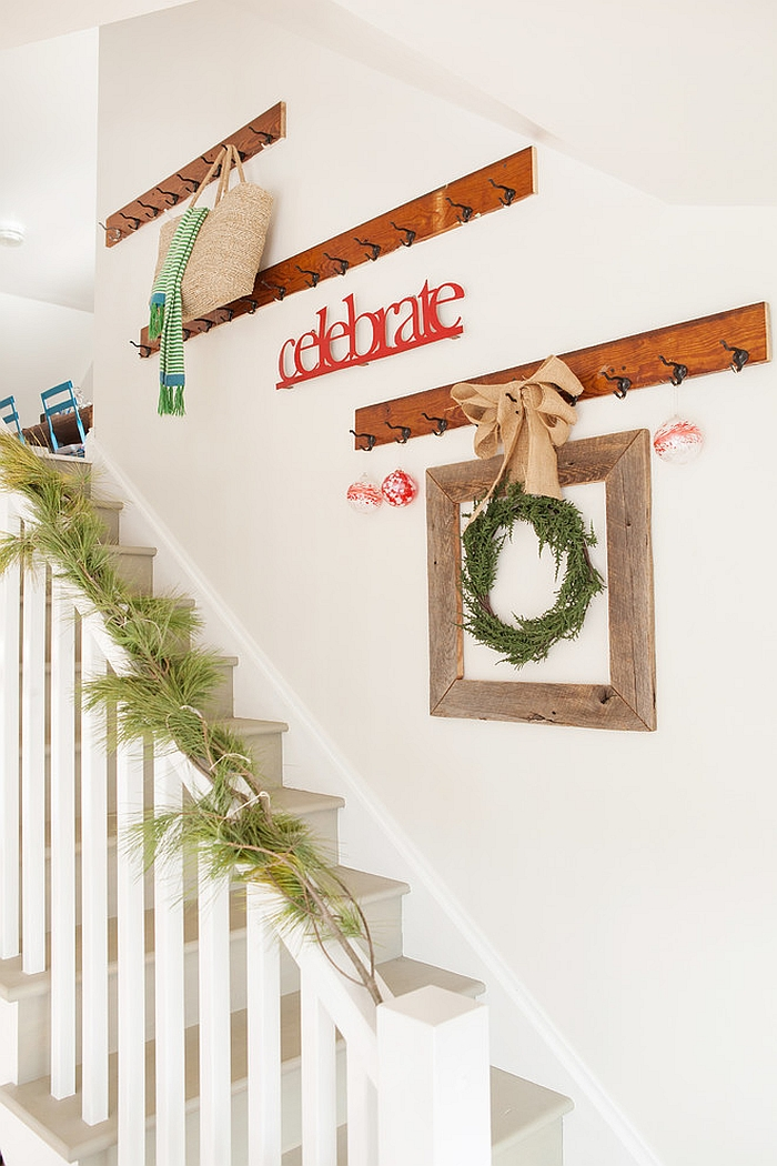 23 gorgeous christmas staircase decorating ideas for Deco murale shabby chic