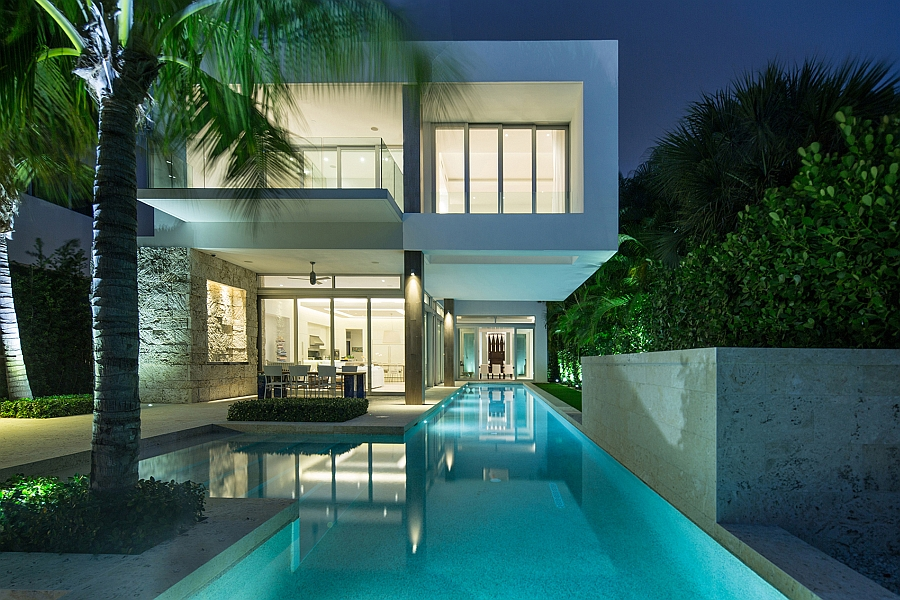 Second floor of the house cantilevered above the 25m lap pool Dramatic Miami Residence Offers Luxury Draped in Coastal Beauty