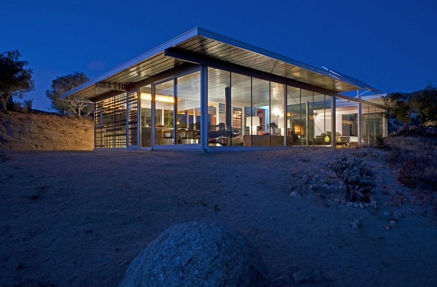 Steel and glass structure helps in easy construction of the vacation home Sustainable Vacation Home in California Promotes Off the Grid Living