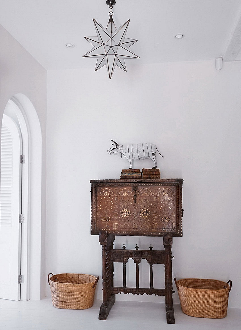 Traditional decor idea for the modern entry