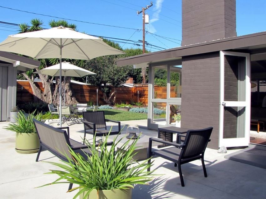 Adding shade to the yard with modern umbrellas