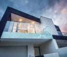 Dramatic facade of the Brighton Duplex in Melbourne