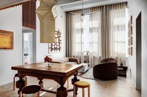 High ceiling and a neutral color palette give the interior an airy appeal