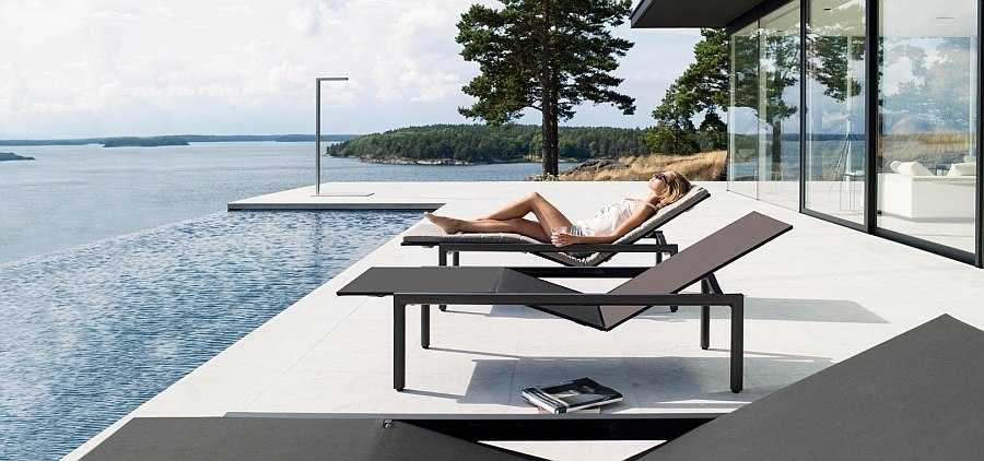 Ultra-minimal design of the Illum lounger in black