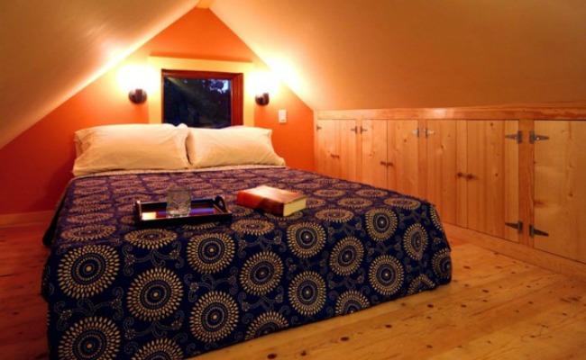 The upstairs bedroom in Karen's Cottage