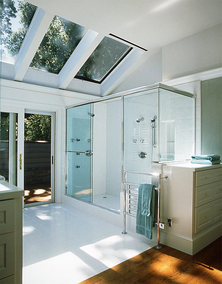 23 gorgeous bathrooms that unleash the radiance of skylights for Small bathroom no natural light