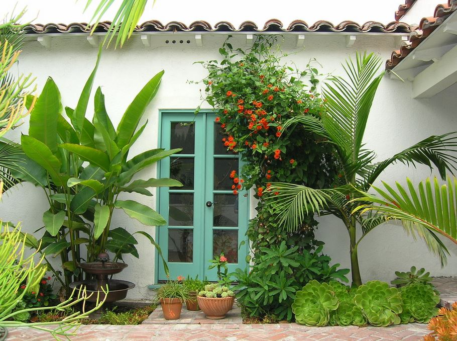 10 beautiful gardens with tropical plants for Tropical courtyard garden design