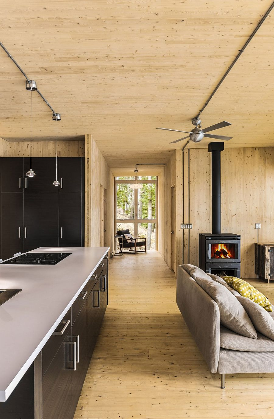 Black brings elegance and visual contrast to the kitchen