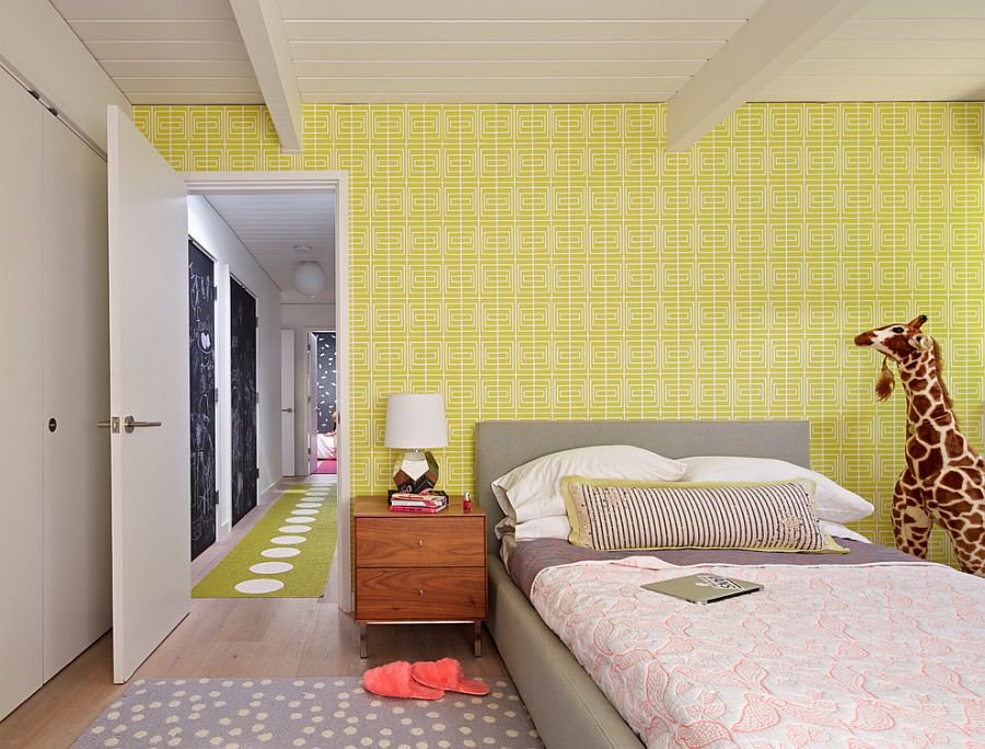 Bold wallpaper in yellow for the Midcentury kids' bedroom