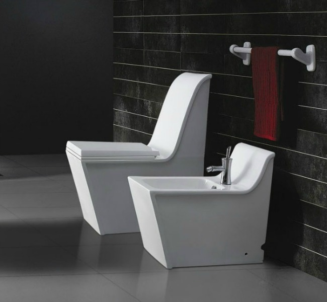 A Cusio II bidet and matching toilet