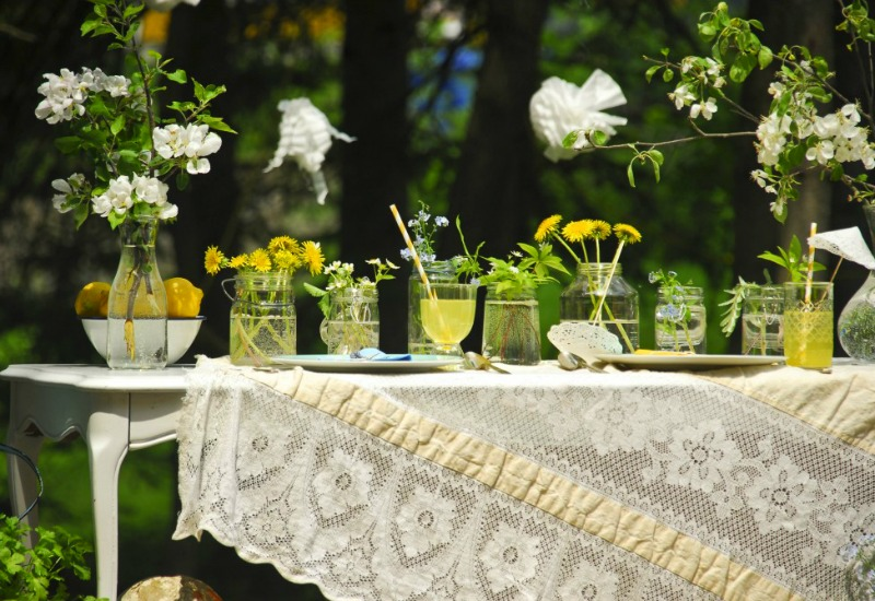 Lemons and dandelions; both incredibly common, used here to lovely effect  Green and Gorgeous Garden-Inspired Table Settings Dandelion table
