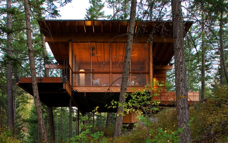 Short stilts enable the cabin to sit comfortably on a steep slope