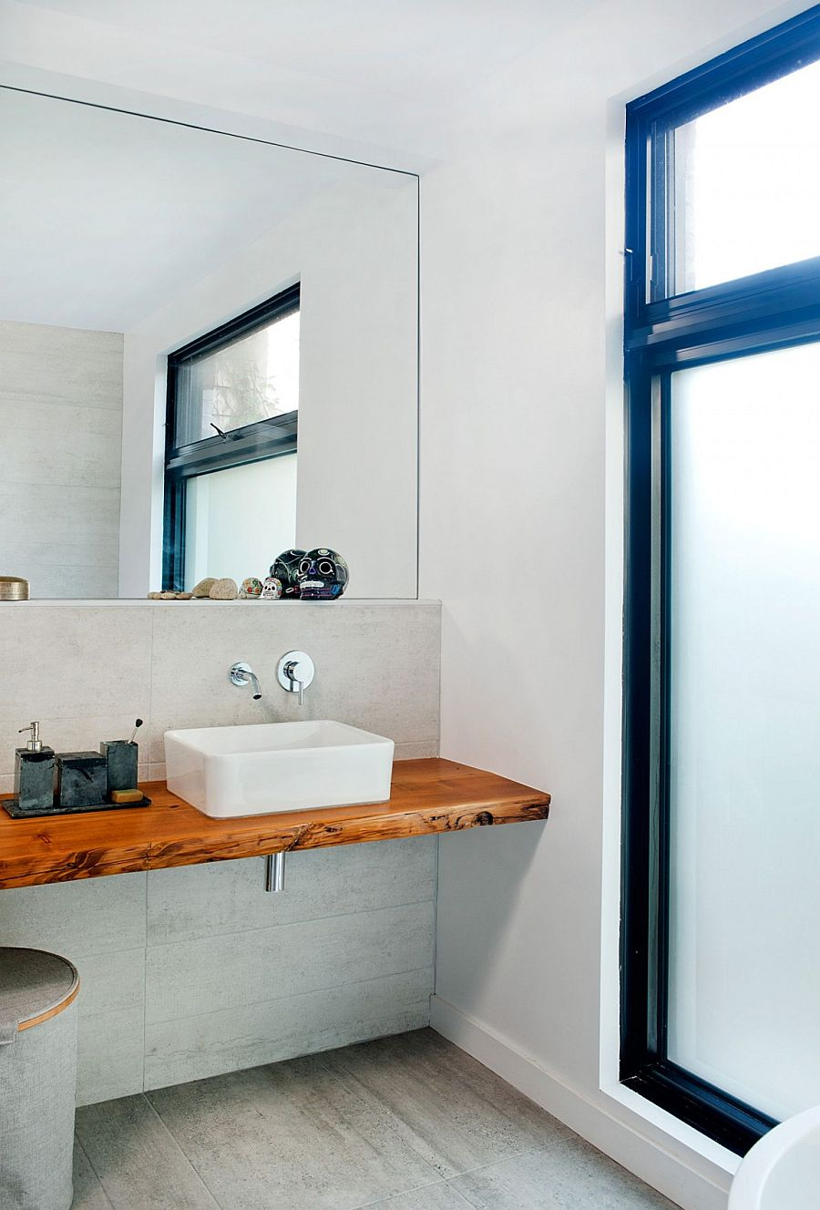 Sleek bathroom vanity design saves up on space