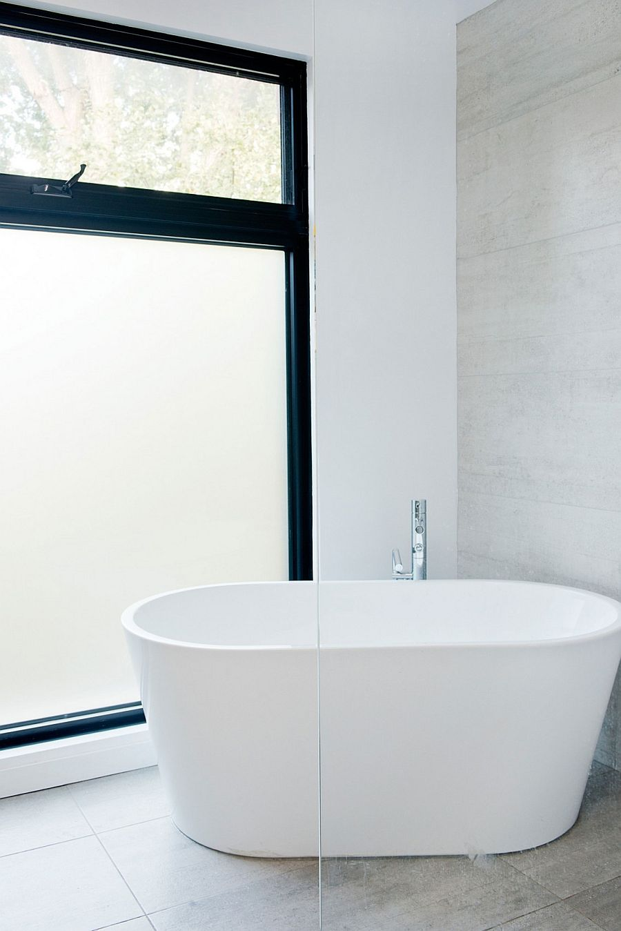Standalone bathtub in white in the modern bathroom