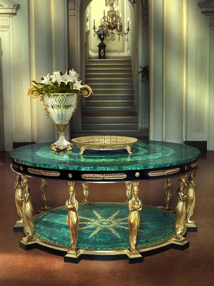 Amazing round table in malachite with a hint of gold!